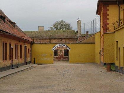 """Una de las entradas a Theresienstadt con el lema usual en los campos de concentración: """"El trabajo los hará libres"""" (Terezín Memorial)"""