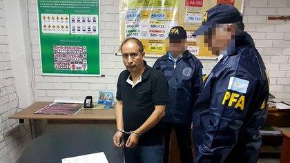 """""""Ruti"""" Mariños, al ser trasladado a Argentina desde Perú por la PFA tres semanas antes del crimen de Alzamora, julio de 2017."""