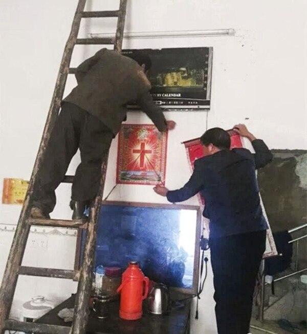 Símbolos de la fe cristiana están siendo retirados