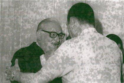 Foto casera de Rogelio Frigerio saludando a Juan Domingo Perón