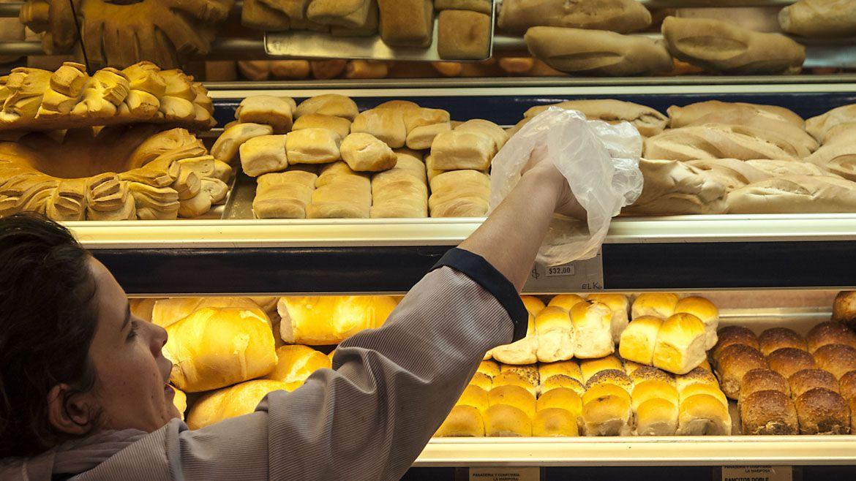 Según el informe, por cada 10% que sube el precio del trigo, si se mantienen fijos los demás componentes de los costos de la panadería, el pan aumentaría en un 1,59%. (Foto: NA)