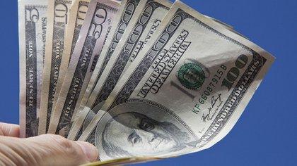 """Mientras el dólar libre bajó su precio, el """"contado con liqui"""" y el dólar MEP sostuvieron sus valores."""
