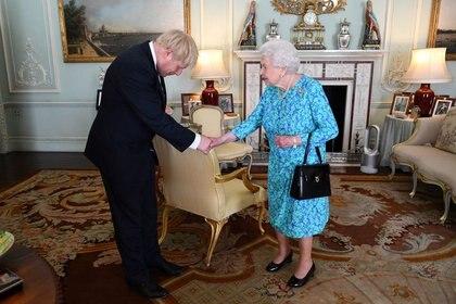 Foto de archivo de la reina Isabel II de Inglaterra durante una audiencia con el primer ministro Boris Johnson, en julio de 2019