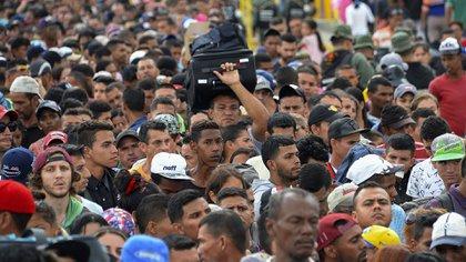 Miles de venezolanos cruzando la frontera con Colombia. (AFP PHOTO / GEORGE CASTELLANOS)