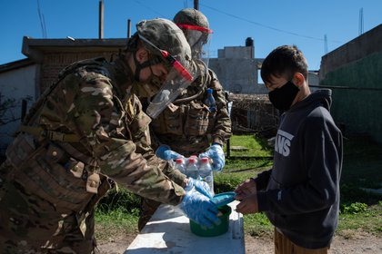 Hasta ahora se distribuyeron 17.149.849 raciones de comida caliente y 2.614.977 bolsones con alimentos secos. El Ejército elabora viandas calientes para municipios como La Matanza y Quilmes.