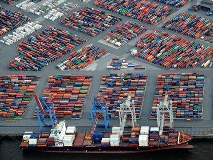 FOTO DE ARCHIVO: un buque de contenedores en el puerto de Hamburgo el 23 de septiembre de 2012. REUTERS/Fabian Bimmer