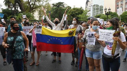Manifestantes con la bandera de Venezuela durante la marcha en repudio a que Irineo Garzón sea excarcelado (Maximiliano Luna)