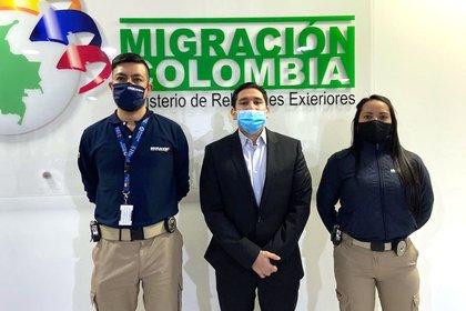 Fotografía cedida por Migración Colombia que muestra al exfiscal anticorrupción de Colombia Luis Gustavo Moreno (c) tras su deportación desde EE.UU. hoy, en el aeropuerto internacional El Dorado de Bogotá (Colombia). EFE/Migración Colombia