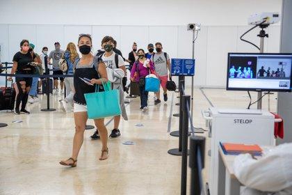 Los pasajeros que aterrizan en el Aeropuerto Internacional de Cancún son sometidos a controles de temperatura a su llegada (Foto: Rodolfo Flores/Zuma Press/Contactophoto)