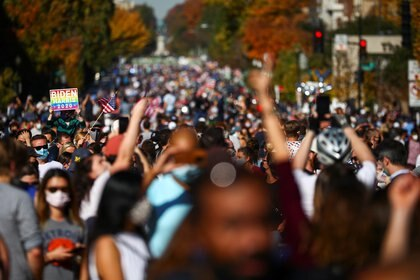 Miles de personas se reunieron en Washington para celebrar la victoria de Joe Biden. REUTERS/Hannah McKay