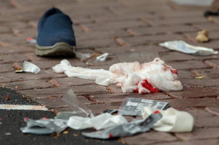 Vendajes con sangre cerca del lugar del tiroteo (Reuters/ SNPA/ Martin Hunter)