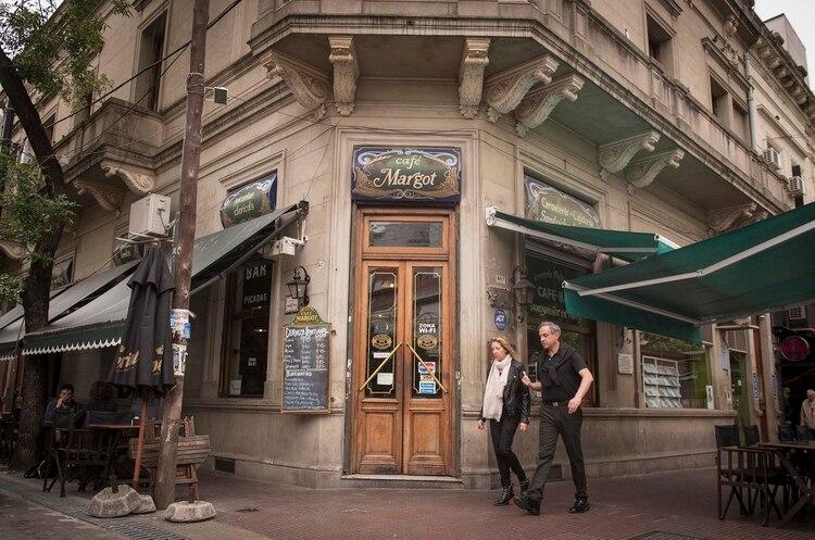 La fachada del Café Margot, uno de los bares más emblemáticos de la gastronomía porteña (Guillermo Llamos)