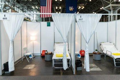 Habitaciones de hospital improvisadas en el Centro de Convenciones Jacob K. Javits, que se convertirá parcialmente en un hospital para pacientes afectados por el coronavirus, en Manhattan, ciudad de Nueva York (REUTERS/Jeenah Moon)