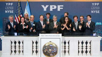 Los ejecutivos de YPF, el año pasado en Wall Street, cuando se cumplieron 25 años de que el ADR de la empresa comenzó a cotizar en la bolsa