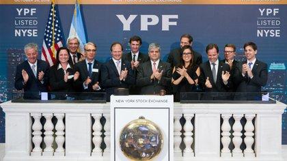 Los ejecutivos de YPF, el año pasado en Wall Street, cuando se cumplieron 25 años de que el ADR de la empresa cotiza en la bolsa