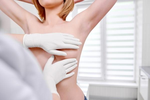 Se recomienda realizar la mamografía bilateral con prolongación axilar aconsejada de una ecografía mamaria (Getty Images)