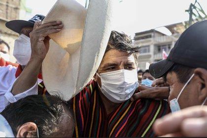 El candidato presidencial peruano de izquierda, Pedro Castillo, saluda a simpatizantes durante un mitin en la plaza San Carlos de Chiclayo (Perú), el 27 de abril de 2021. EFE/Aldair Mejía