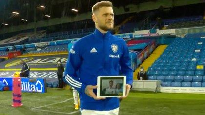 El capitán del Leeds y la tablet con la imagen de Elliot