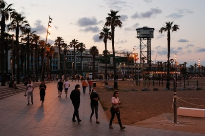 Atardecer en la playa de la Barceloneta, en Barcelona, este sábado  (Foto: Pau Barrena/ AFP)