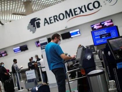 Un pasajero realiza el registro de su equipaje en un mostrador de Aeroméxico en el Aeropuerto Internacional Benito Juárez, en Ciudad de México, Julio 1, 2020. REUTERS/Edgard Garrido