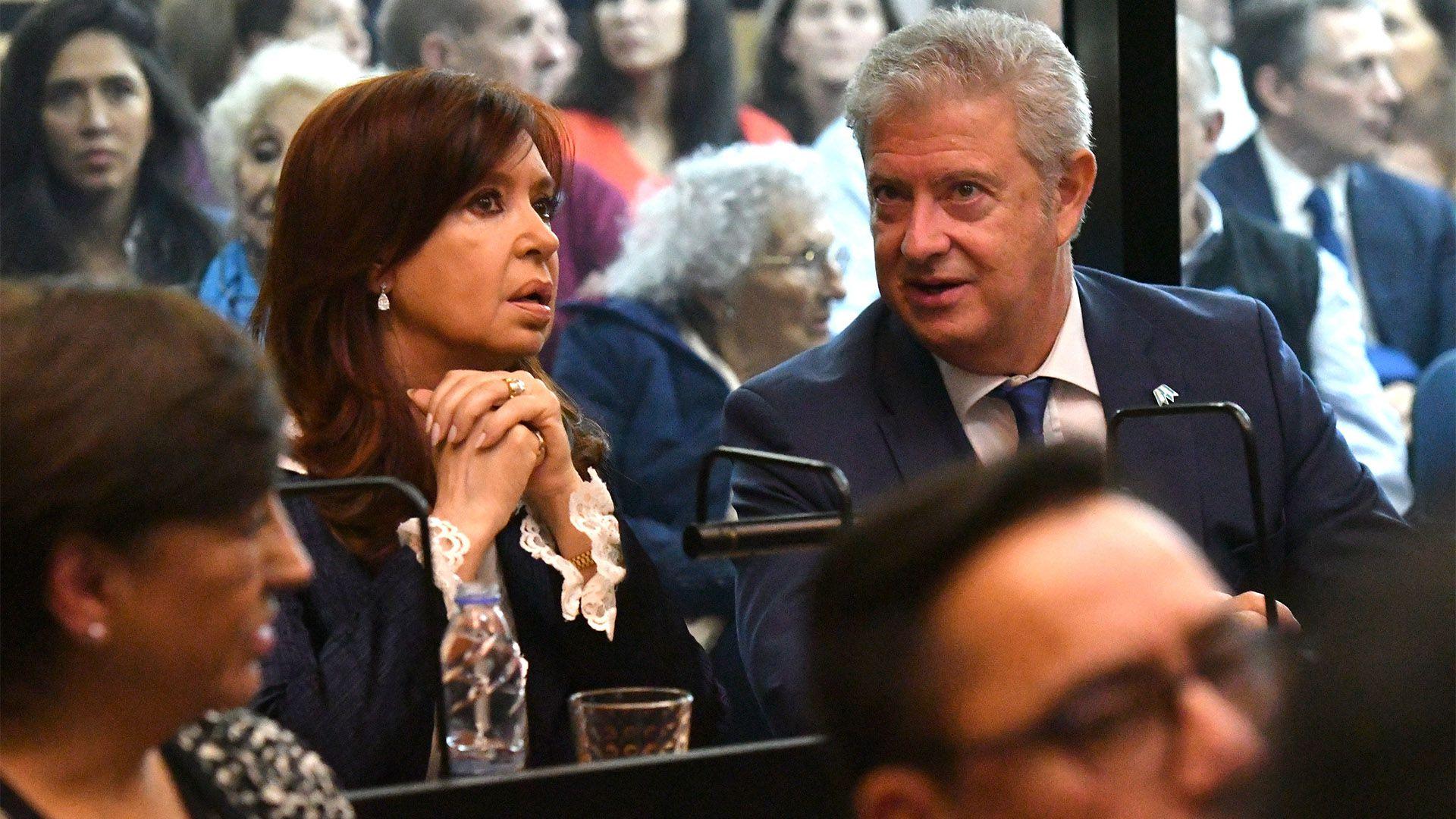 Cristina Kirchner y su abogado en el inicio del juicio (Télam)