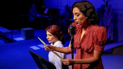 """Lorena Vega y Valeria Lois en """"La vida extraordinaria"""". Atrás, los músicos Ian Shifres y Elena Buchbinder (Gentileza del Teatro Cervantes)"""
