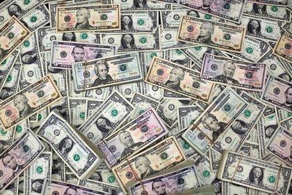 FOTO DE ARCHIVO. Imagen de ilustración de billetes dólar estadounidense de distintas denominaciones. 12 de febrero de 2020. REUTERS/José Luis González