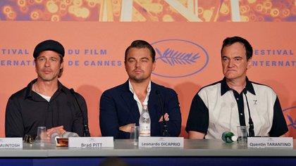 """Brad Pitt, Leonardo DiCaprio y Quentin Tarantino en la presentación de """"Once Upon a Time in Hollywood"""" en Cannes, película que compite por la Palma de Oro, premio que se dará a conocer el sábado (AFP)"""
