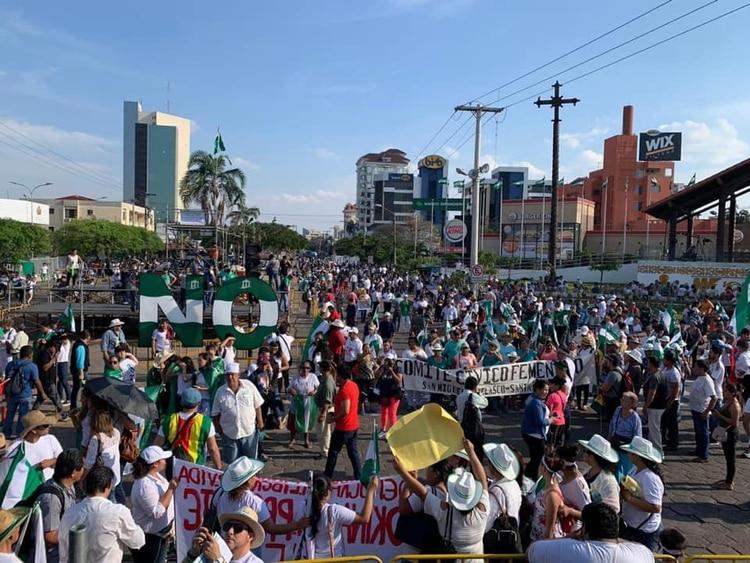 La oposición mostró su fuerza al congregar a cientos de miles de personas en Santa Cruz.
