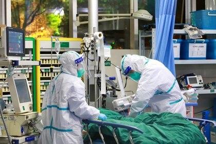 Personal médico con trajes protectores trata a un paciente con neumonía causada por el nuevo coronavirus en el Hospital Zhongnan de la Universidad de Wuhan, en Wuhan, provincia de Hubei (China), el 28 de enero de 2020. China Daily vía Reuters