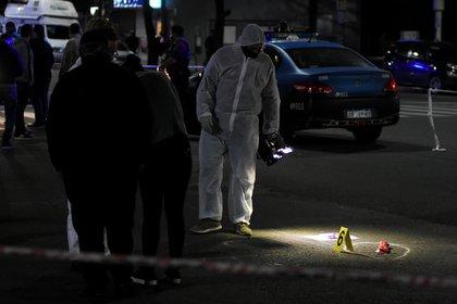 Anoche: Policía Científica en la escena del crimen, con el cuchillo asesino en el pavimento (Nicolás Stulberg)