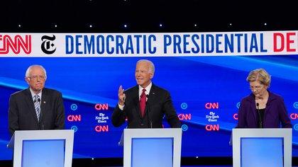 El ex presidente Joe Biden con los senadores Bernie Sanders y Elizabeth Warren durante el debate presidencial demócrata (REUTERS/Shannon Stapleton)