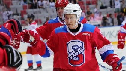 La Liga de Hockey Nocturno es amateur pero poderosa: se convirtió en un espacio de proximidad a Vladirmir Putin. (Sputnik/Mikhail Klimentyev/Kremlin via REUTERS)