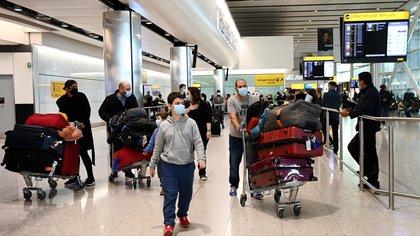 """""""Situación insostenible"""": hay filas de hasta seis horas en el aeropuerto de Heathrow por los estrictos controles contra el coronavirus"""