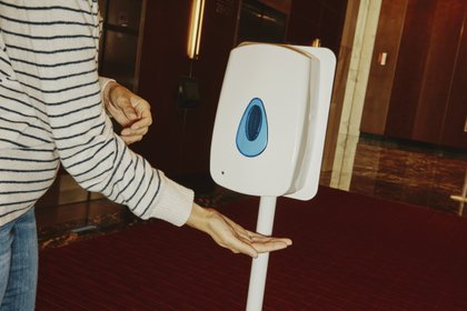 Gel para manos antes de entrar al ascensor. (Tony Luong/The New York Times)