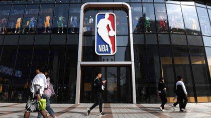 Los fanáticos chinos de la NBA están reclamando dinero porque la empresa que tiene los derechos de los partidos a suspendido las transmisiones (AFP)