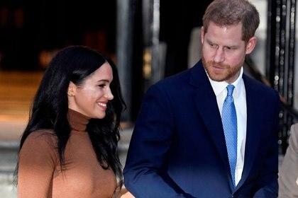 Imagen de archivo del príncipe Harry de Reino Unido y su esposa Meghan, duquesa de Sussex, saliendo de la Canada House en Londres, Reino Unido, el 7 de enero de 2020 (Reuters/ Toby Melville/ archivo)