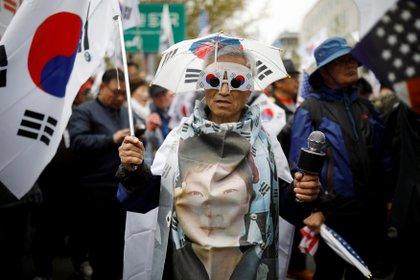Simpatizante de la ex presidenta surcoreana en una protesta en contra de su condena (REUTERS/Kim Hong-Ji)