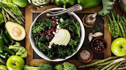Los alimentos verdes son la clave para nutrir el cuero cabelludo (Istock)