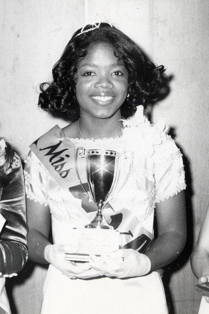 Oprah Winfrey cuando ganó el título de Miss Fire Prevention en 1971 (Shutterstock)