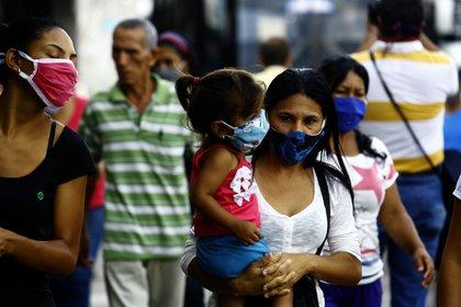 Gente con tapabocas en las calles de Venezuela (Juan Carlos Hernández/ZUMA Wire/ DPA)