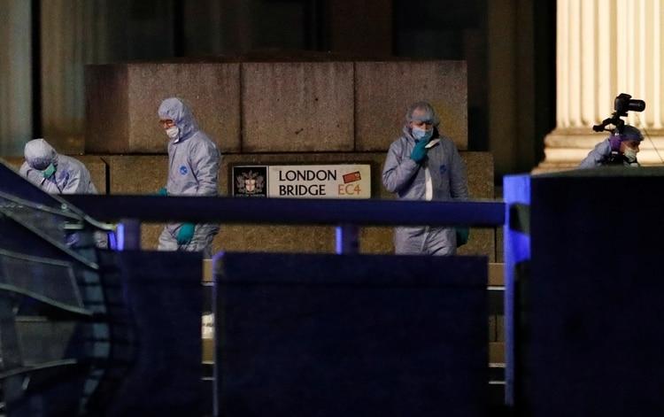 Forenses en la escena del ataque (REUTERS/Peter Nicholls)