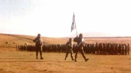 La bandera del Regimiento 8 desfila durante el juramento que se realizó en las Islas, en 1982. Foto: Gentileza capitán retirado Marcelo Giglio.