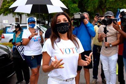 La actriz Eva Longoria y la conductora de CNN Ana Navarro se unieron a una caravana de autos para mostrar su apoyo a Biden y Harris en las elecciones presidenciales de 2020. La caravana de personas circulaba con pancartas y banderas en sus autos, en el barrio de La Pequeña Habana de Miami (Foto: REX Features / Shutterstock / The Grosby Group)