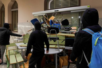 Barricadas preparadas por simpatizantes de Hasel en Lérida (REUTERS/Lorena Sopena)