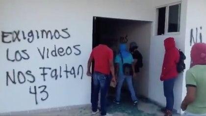 Desde este lunes normalistas de diversos puntos del estado de Guerrero llegaron a Iguala y al Congreso de Guerrero donde protestaron por la falta de justicia a 6 años de la desaparición de los 43 de Ayotzinapa, sin embargo vandalizaron las instalaciones Foto: @fernand17704066
