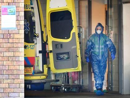 Un trabajador de la salud en Holanda durante la admisión de un paciente en un hospital, en Uden, el 25 de Marzo (REUTERS/Piroschka van de Wouw/)