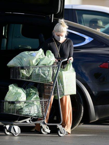 Ariel Winter fue vista saliendo de un supermercado en Los Ángeles. La actriz lució un pantalón marrón, un sweater negro y una cartera de la exclusiva marca Yves Saint Laurent (Fotos: Grosby Group)