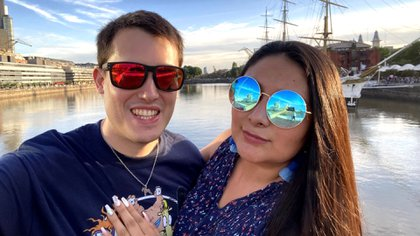Gonzalo (argentino) y Claudia (mexicana) son novios desde hace 5 años pero viven una relación a la distancia
