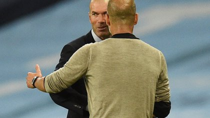 Soccer Football - Champions League - Round of 16 Second Leg - Manchester City v Real Madrid - Etihad Stadium, Manchester, Britain - August 7, 2020 Real Madrid coach Zinedine Zidane shakes hands with Manchester City manager Pep Guardiola after the match, as play resumes behind closed doors following the outbreak of the coronavirus disease (COVID-19) Pool via REUTERS/Oli Scarff